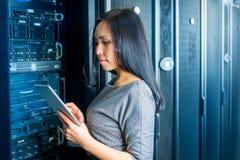 Коммерсантка инженера в комнате сетевого сервера Стоковое фото RF