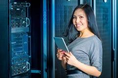 Коммерсантка инженера в комнате сетевого сервера Стоковое Изображение RF