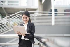 Коммерсантка используя компьютер и кредитную карточку для ходить по магазинам онлайн Стоковые Фото