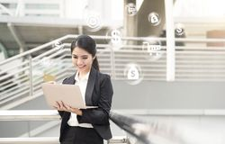 Коммерсантка используя компьютер и кредитную карточку для ходить по магазинам онлайн Стоковое Изображение RF