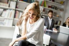Коммерсантка используя мобильный телефон в офисе Стоковые Фотографии RF