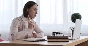 Коммерсантка используя ноутбук для видео конференц-связи видеоматериал