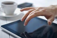 Коммерсантка используя ПК таблетки Стоковая Фотография