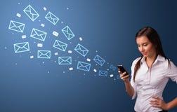Коммерсантка используя телефон с концепцией почты вокруг стоковое фото rf