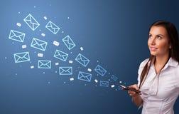 Коммерсантка используя телефон с концепцией почты вокруг стоковые фото