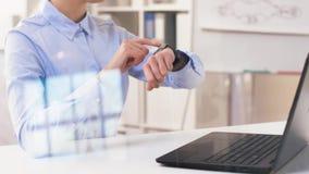 Коммерсантка используя умный дозор на офисе видеоматериал