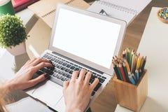 Коммерсантка используя белую компьтер-книжку Стоковое Фото