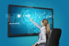 Коммерсантка используя интерфейс экрана касания Стоковые Фото