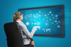 Коммерсантка используя интерфейс экрана касания Стоковое Фото