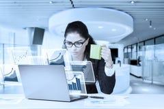 Коммерсантка используя компьтер-книжку и выпивающ кофе Стоковая Фотография RF
