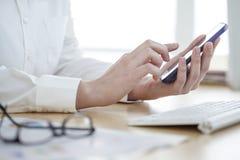 Коммерсантка используя мобильный телефон стоковые фото