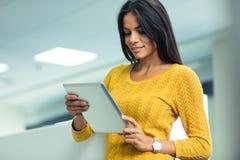 Коммерсантка используя планшет в офисе Стоковые Изображения