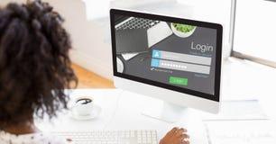 Коммерсантка используя страницу имени пользователя на компьютере Стоковое Изображение