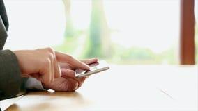 Коммерсантка используя умный телефон на столе сток-видео