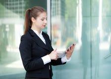 Коммерсантка используя цифровую таблетку стоковое фото