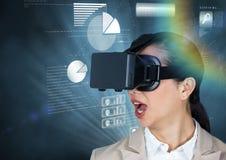 Коммерсантка используя шлемофон виртуальной реальности против предпосылки диаграммы диаграммы Стоковая Фотография RF