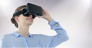 Коммерсантка используя шлемофон виртуальной реальности стоковое фото rf