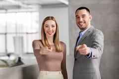 Коммерсантка и бизнесмен указывая на вас Стоковое Изображение RF