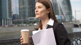 Коммерсантка идя в город городской, профессиональный женский работодатель идя к встречать документы видеоматериал