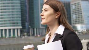 Коммерсантка идя в город городской, профессиональный женский работодатель идя к встречать документы сток-видео