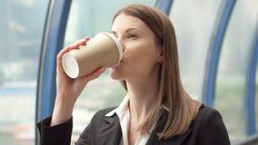 Коммерсантка идя в город городской, профессиональный женский работодатель идя к встречать кофе на--идет сток-видео