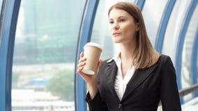 Коммерсантка идя в город городской, профессиональный женский работодатель идя к встречать кофе на--идет акции видеоматериалы