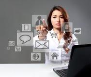 Коммерсантка касаясь социальному значку средств массовой информации используя виртуальный интерфейс стоковое фото rf