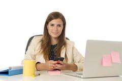 Коммерсантка корпоративного портрета молодая привлекательная на стуле офиса работая на столе портативного компьютера Стоковая Фотография