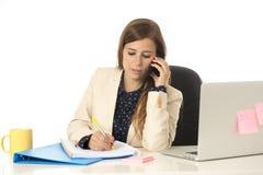 Коммерсантка корпоративного портрета молодая привлекательная на стуле офиса работая на столе портативного компьютера Стоковое Изображение