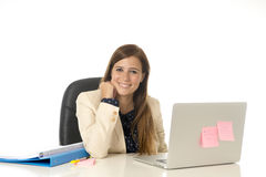 Коммерсантка корпоративного портрета молодая привлекательная на стуле офиса работая на столе портативного компьютера Стоковое фото RF