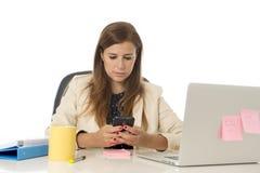 Коммерсантка корпоративного портрета молодая привлекательная на стуле офиса работая на столе портативного компьютера Стоковая Фотография RF