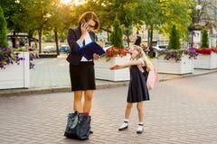 Коммерсантка мамы принимает ребенка к школе стоковые фото