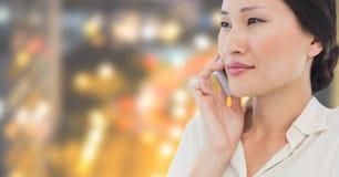 Коммерсантка на городе ночи телефона с соединителями Стоковая Фотография RF
