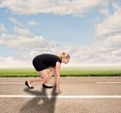 Коммерсантка на дороге готовой для того чтобы побежать стоковая фотография rf