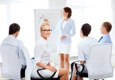 Коммерсантка на деловой встрече в офисе Стоковая Фотография RF