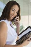 Коммерсантка на звонке держа плановика дня Стоковые Фотографии RF