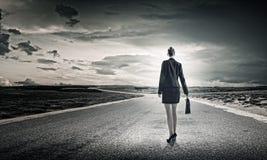 Коммерсантка на дороге Стоковое Фото