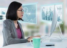 Коммерсантка на столе с компьютером и диаграммы в виде вертикальных полос взаимодействуют экраны графиков Стоковые Фото