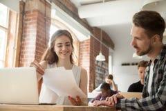 Коммерсантка обсуждая документы на встрече с клиентом в со- стоковая фотография