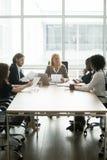 Коммерсантка обсуждая проект с разнообразной группой партнеров на Стоковые Фото