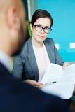 Коммерсантка обсуждая работу в встрече Стоковая Фотография RF