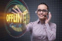 Коммерсантка отжимая виртуальную кнопку оффлайн Стоковая Фотография
