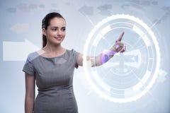 Коммерсантка отжимая виртуальные кнопки в футуристической концепции Стоковое фото RF