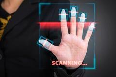 Коммерсантка отжимая высокую технологию кода штриховой маркировки развертки стоковые фото