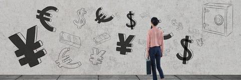 коммерсантка перед деньгами на стене Стоковая Фотография RF