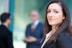Коммерсантка перед ее коллегами стоковые фото