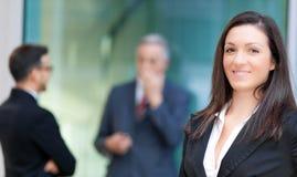 Коммерсантка перед ее коллегами стоковые изображения