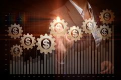 Коммерсантка поддерживает с диаграммой роста состоя из механизма диаграммы и cogwheel с единицей валюты внутрь _ стоковое фото