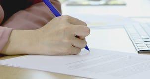 Коммерсантка подписать ее имя на контракте сток-видео
