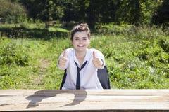 Коммерсантка показывает 2 большого пальца руки вверх Стоковые Изображения